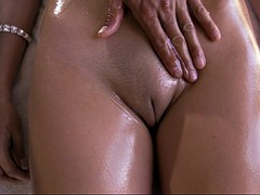 Grosse titten, Braunhaarige, Latina, Massage, Öl, Rasiert, Titten