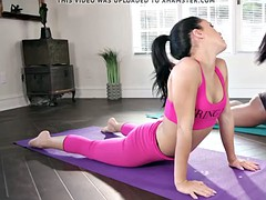 Cute muff divers have a good squirting session in yoga class