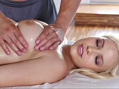 Tussi, Grosse titten, Blondine, Fingern, Hardcore, Massage, Öl, Titten