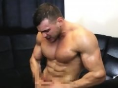 Muscled cum loving bodybuilder covered in oil