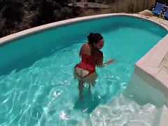curvy amateur sucking cock in the pool