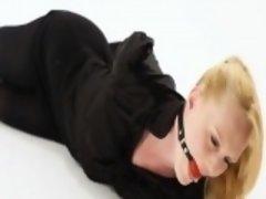 Blonde im schwarzen Outfit gefesselt Hogtied