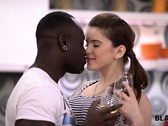 Sucer une bite, Brunette brune, Hard, Hd, Interracial